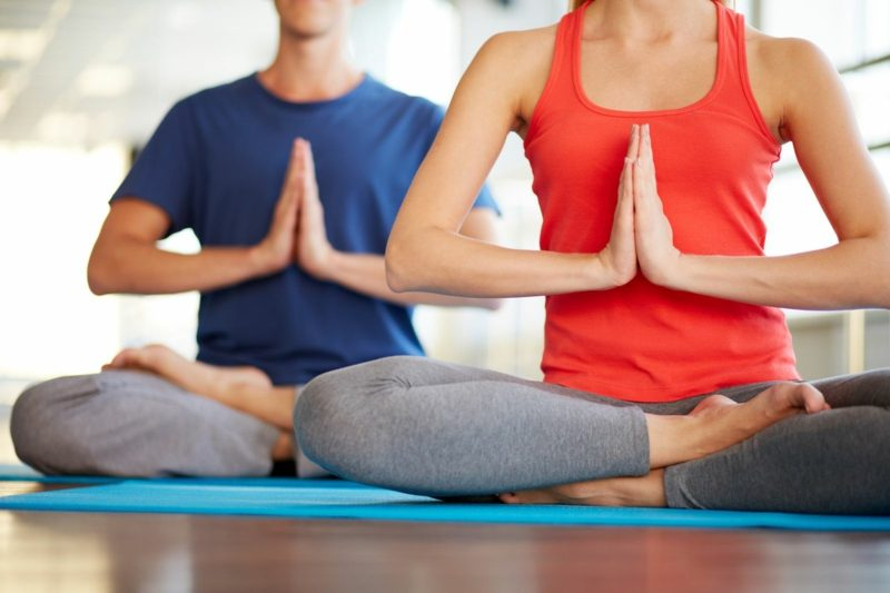 mit Yoga Bauchfett loswerden Mann und Frau