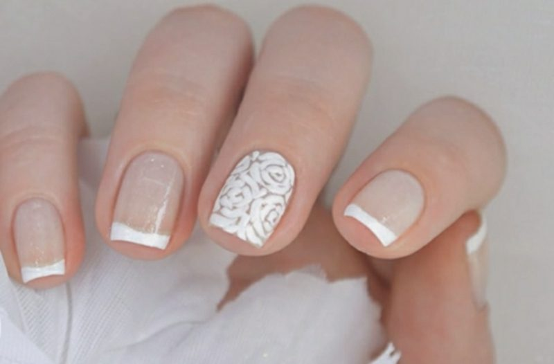Fingernägel Design French Hochzeit durchsichtiger Nagellack Blumen Akzent Mittelfinger