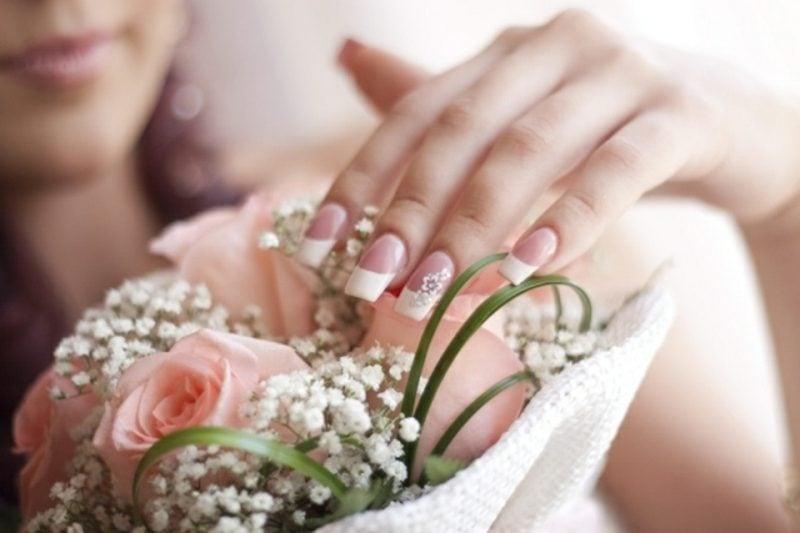 Fingernägel Design Hochzeit dezent French Blumenmotive