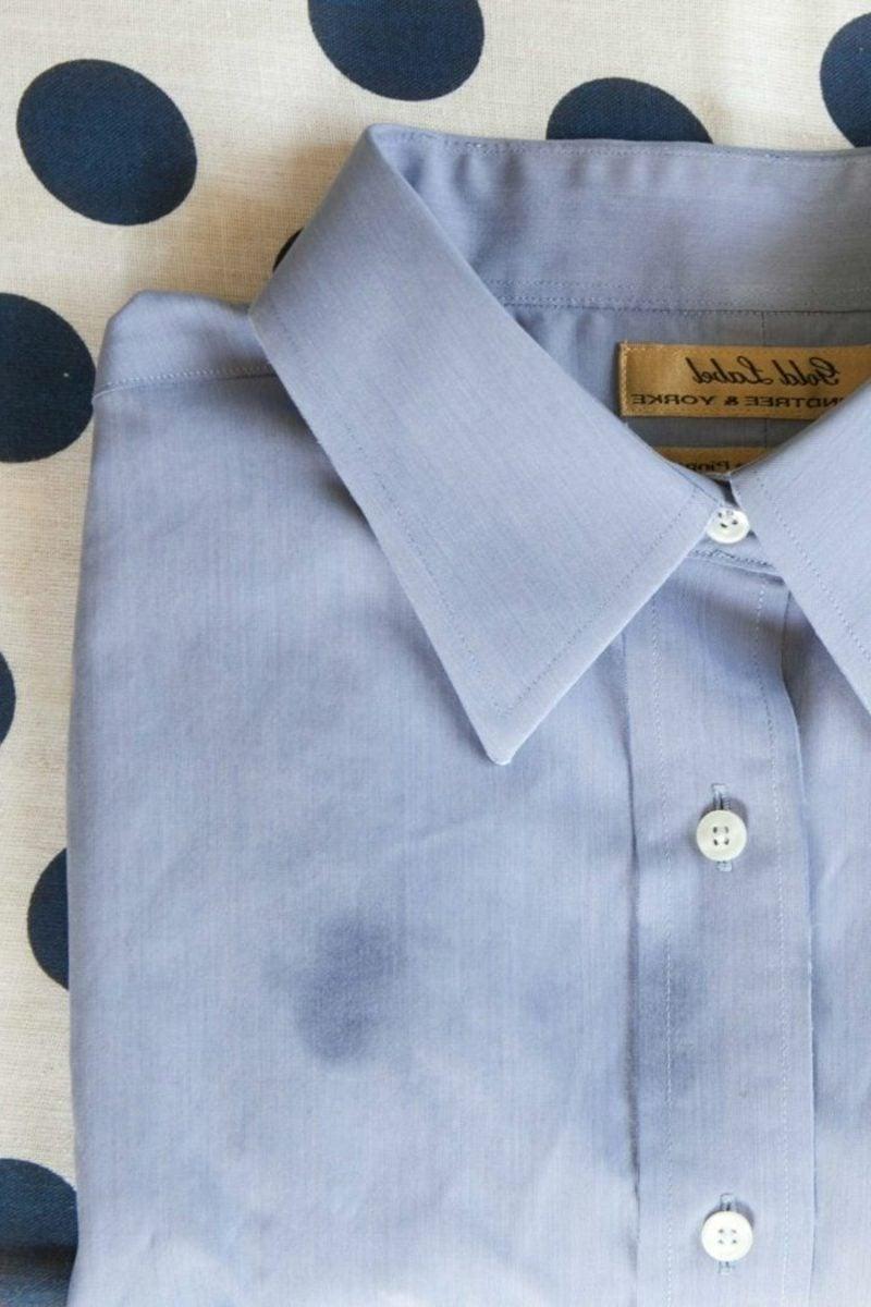 Fettflecken aus Kleidung entfernen Hemd