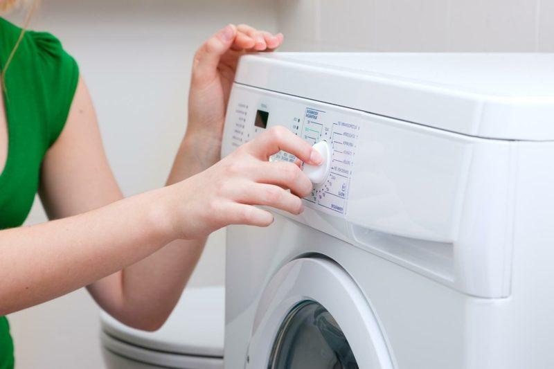 Fettflecken aus Kleidung entfernen in der Waschmaschine