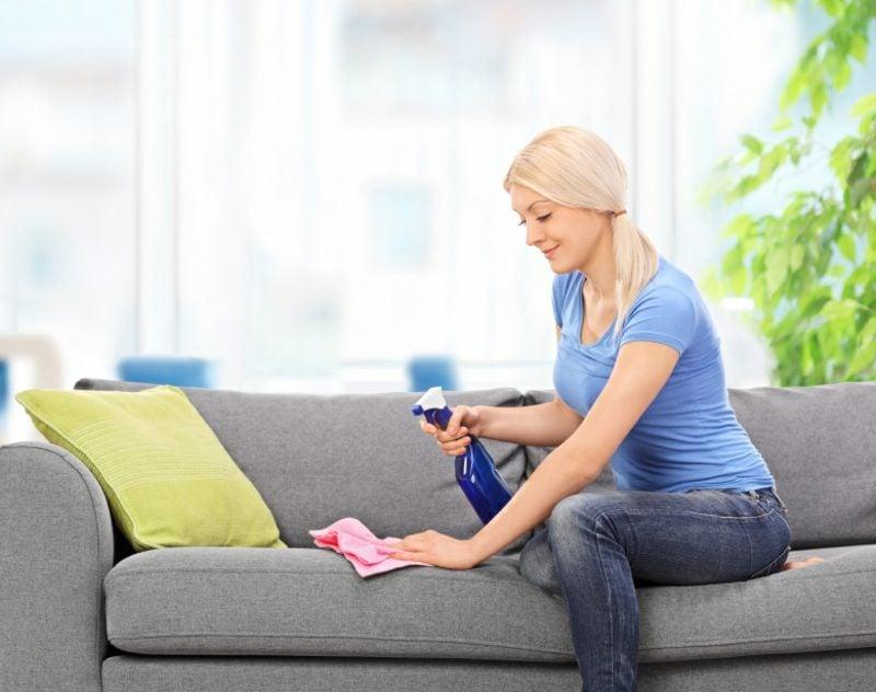 Fettfleck entfernen restlos aus dem Sofa