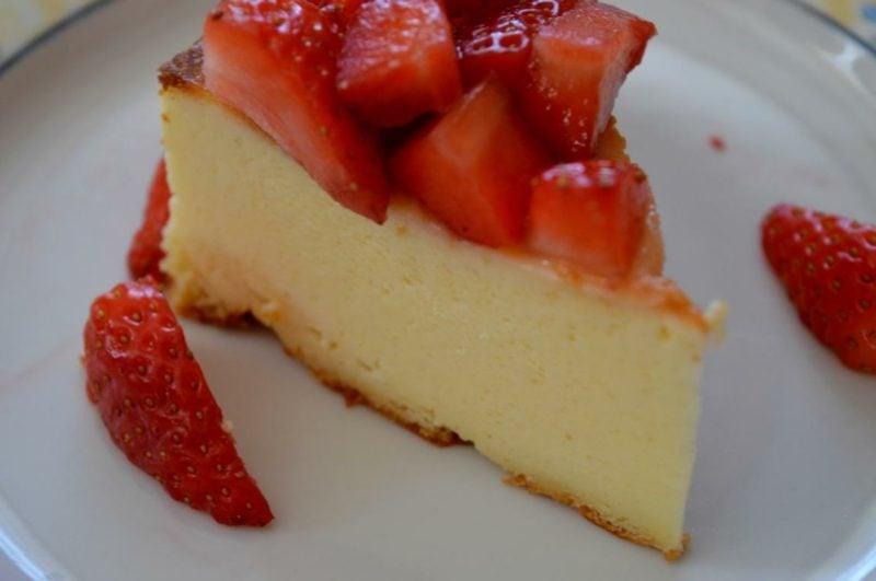 glutenfreier Kuchen Käsekuchen mit frischem Obst Erdbeeren