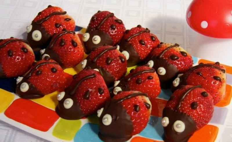 Kindergeburtstag Essen Erdbeeren mit Schokolade Marienkäfer