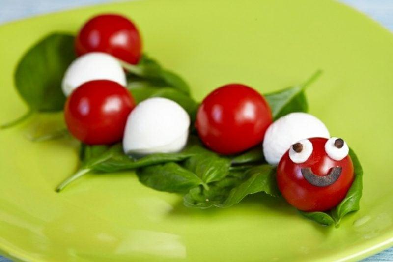 Fingerfood Kindergeburtstag lustige Raupe aus Tomaten und Mozarella