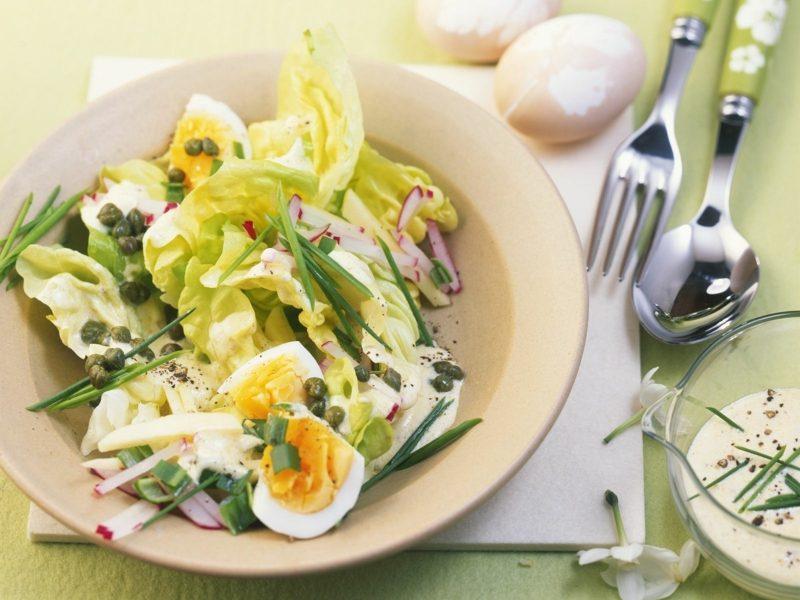 Radieschen gesund Kopfsalat mit hartgekochten Eiern und Radieschen