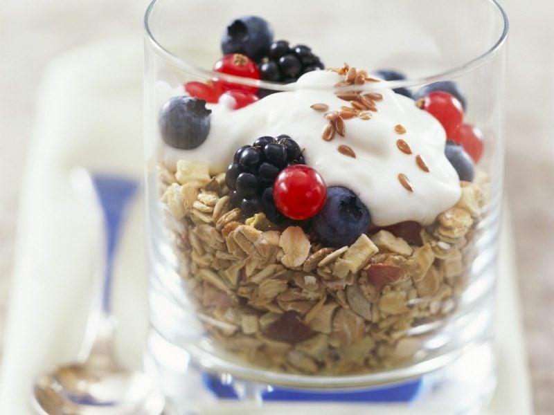Leinsamen Gesund Müsli mit frischem Obst, Joghurt und Leinsamen essen