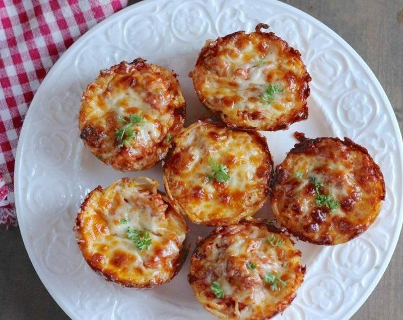 Kindergeburtstag Backen Häppchen mit Spaghetti, Eiern und Parmesan