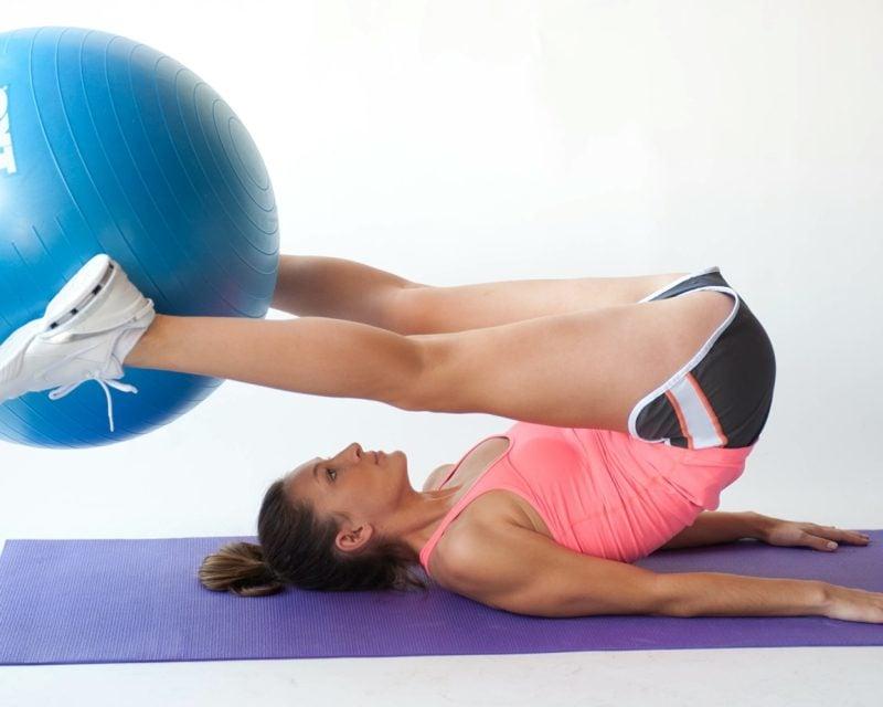Übungen mit Gymnastikball Beine Pilates