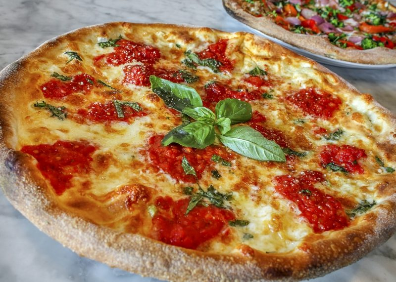 Traditionelle neapolitanische Pizza Margherita