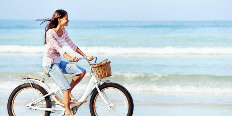 Fahrrad fahren am Strand gesund abnehmen