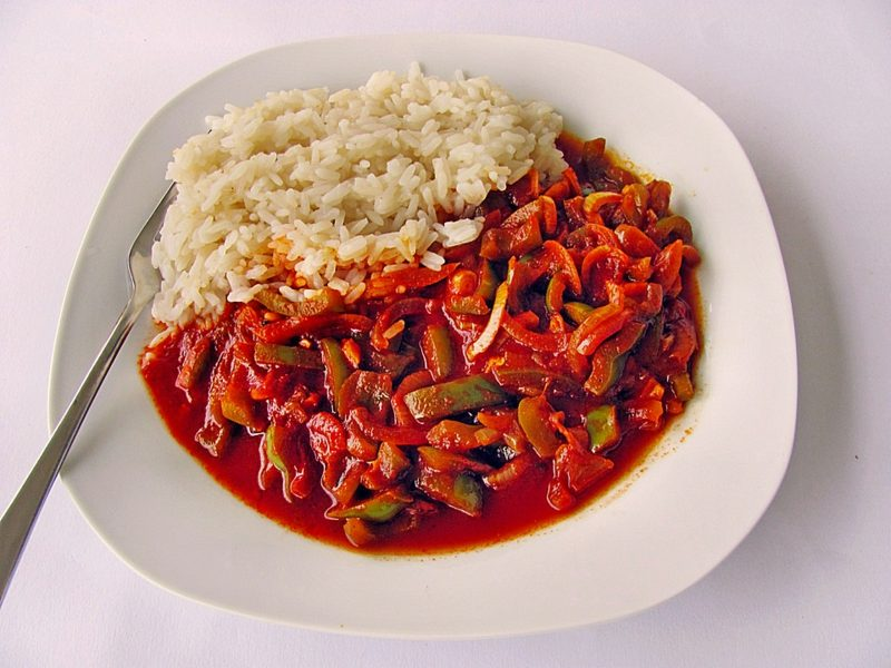 mexikanisches Reisgericht mit Tomaten, Paprikas und Zwiebeln