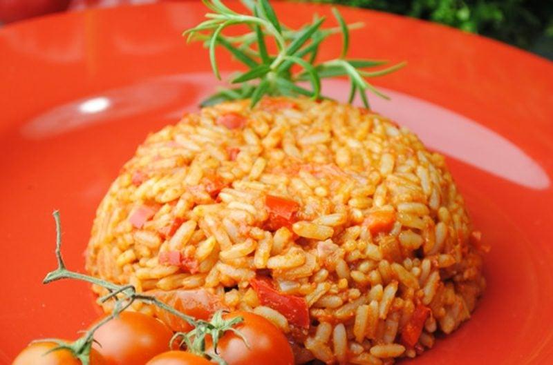 Reis vegan leckeres Gericht mit Tomaten und Paprika mexikanisch