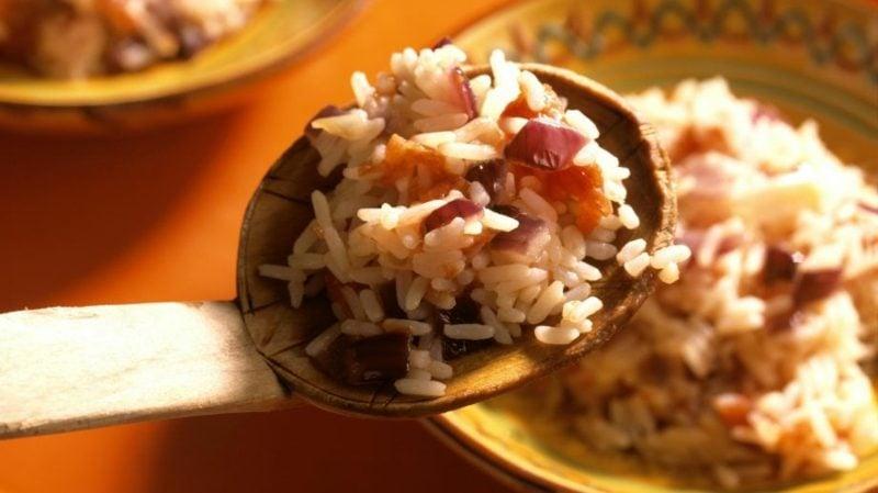 gesunde Gerichte mit Reis mexikanisches Rezept mit Tomaten und Zwiebeln