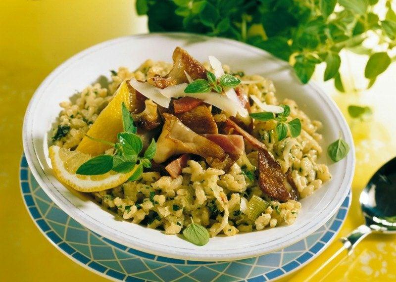 Gerichte mit Reis Risotto mit Pilzen und Zitronensaft