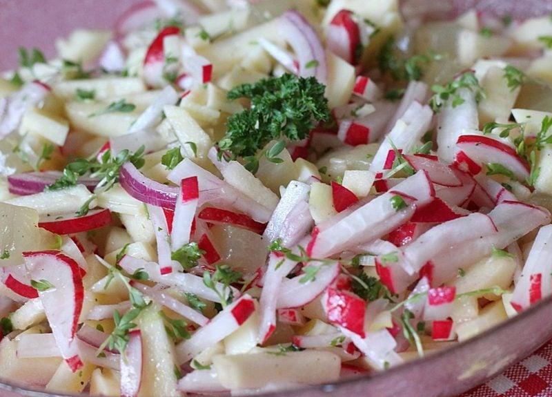 Radieschen gesund Salat mit Radieschen und Äpfeln zubereiten