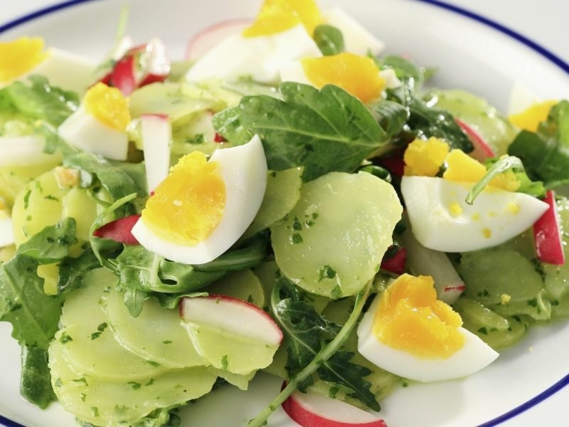 Radieschen gesund gemischter salat Rucola, gekochte Eier, Kartoffeln, Radieschen