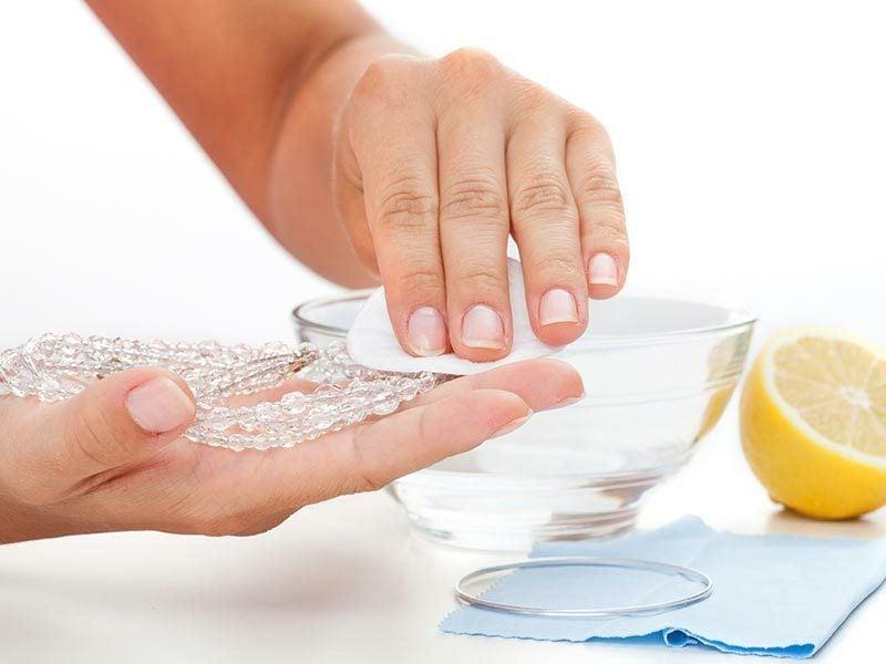 Silberschmuck reinigen Hausmittel Zitronensaft