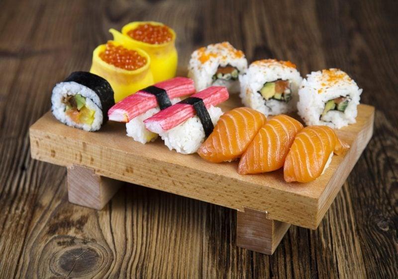 Gerichte mit Reis leckere Sushi-Rollen