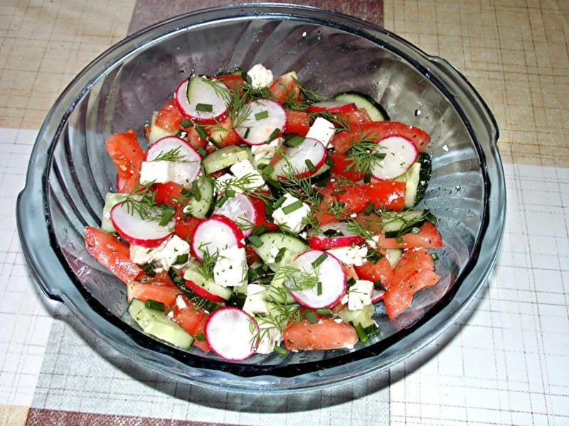 sind Tomaten gesund Salat mit Gurken und Radieschen