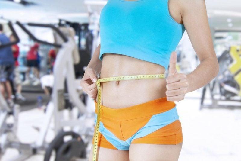 flacher Bauch Übungen ins Fitnesstudio gehen