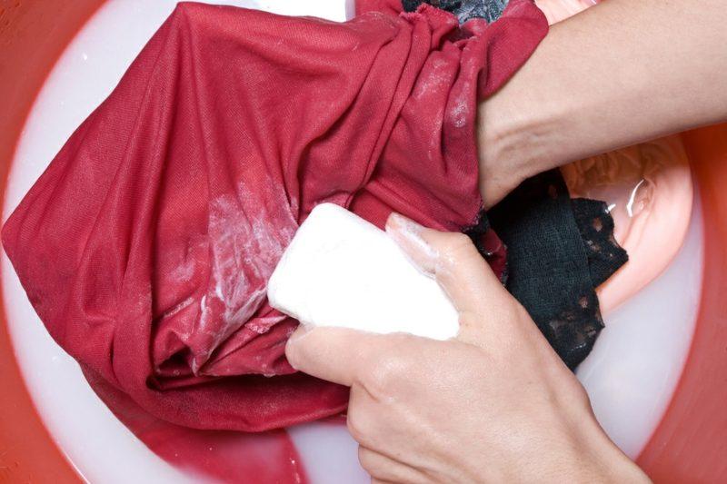 alte Fettflecken aus Kleidung entfernen Gallseife