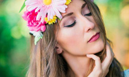 Blumenkranz selber machen mit Gerbera, Rosa und Gartenblumen