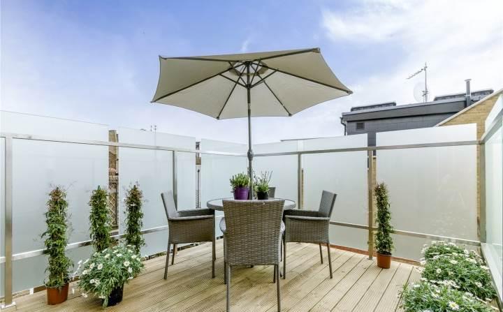 dachterrasse gestalten ideen tipps rattan terrassenmöbel sonnenschirm sichtschutz