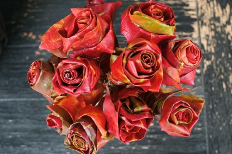 Herbsdeko Blumenstrauss aus bunten Blättern