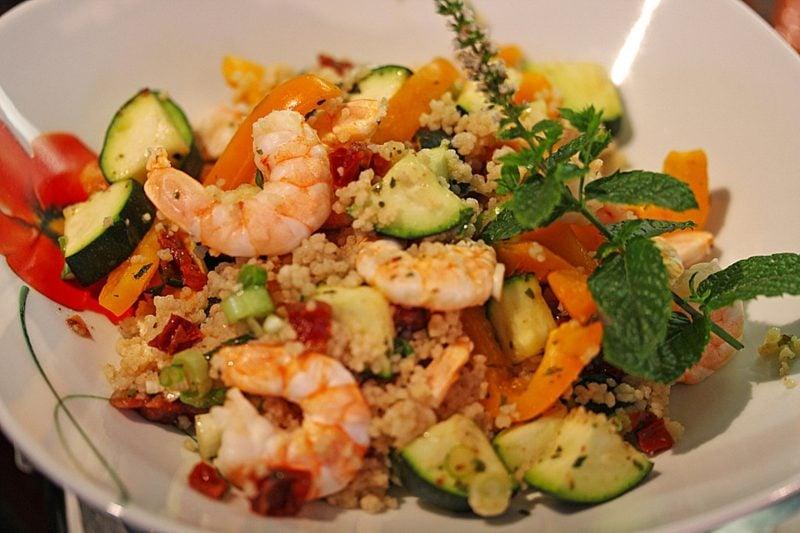 Couscous gesund leckere Speise mit Gemüse und Garneen
