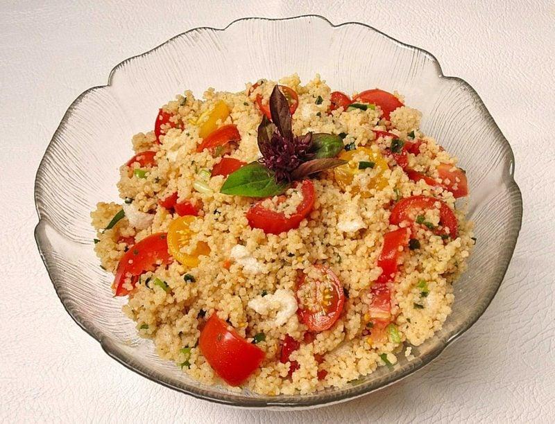 Couscous gesund Salat mit frischen Tomaten und Mozzarella