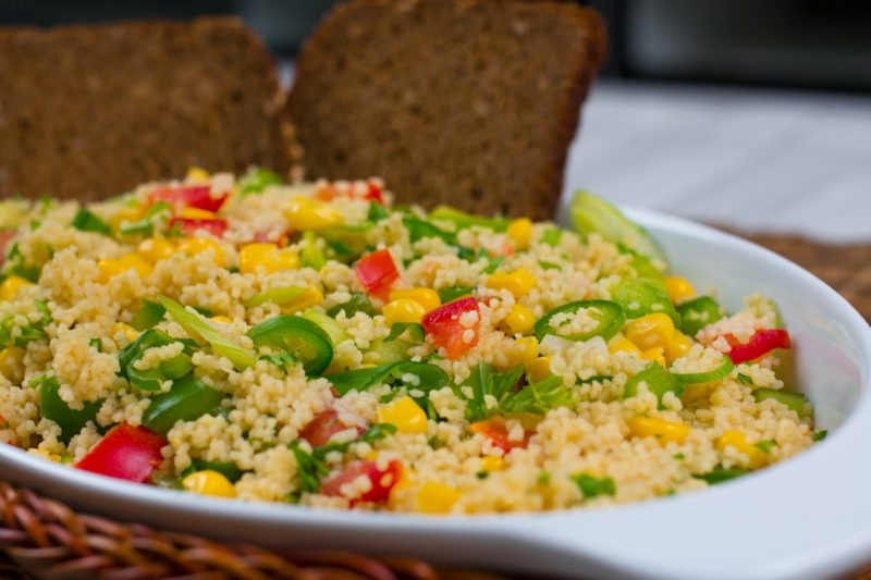 Couscous zubereiten gesunder Salat mit Gemüse