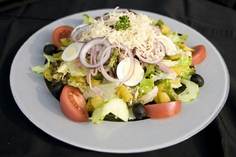 Essen ohne Kohlenhydrate Eichblattsalat Käse Tomaten, Gurken, Oliven