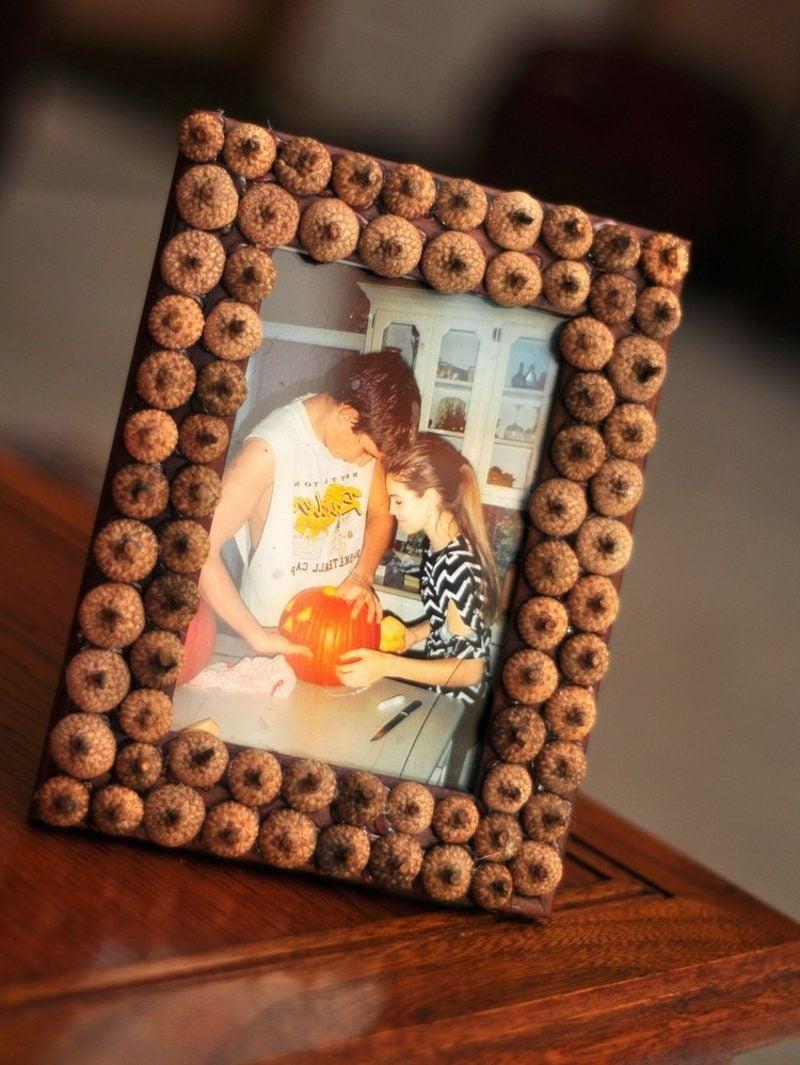 Herbstdeko DIY Fotorahmen mit Eicheln dekorieren