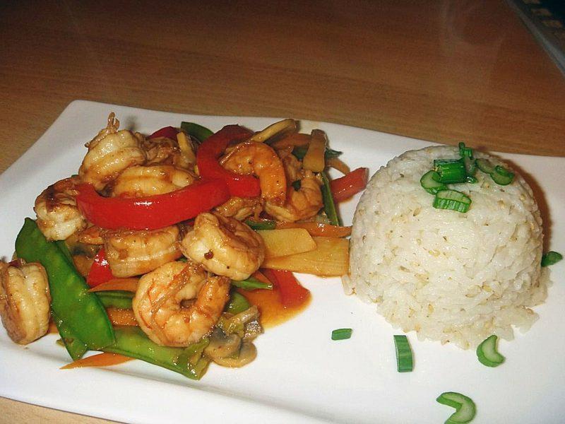 schnelles Abendessen low carb Garnelenpfanne mit Reis und Gemüse