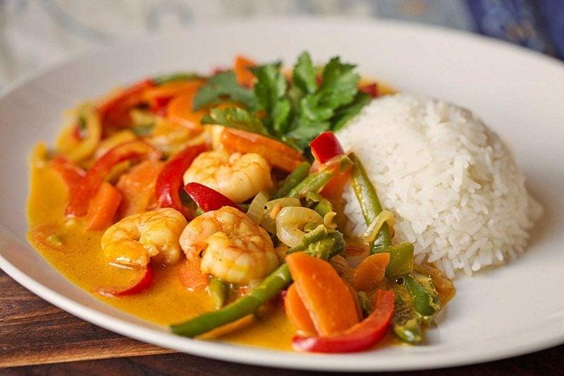 Abendessen ohne Kohlenhydrate Garnelenpfanne mit Gemüse Beilage Reis
