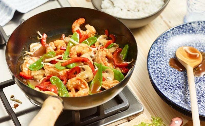 gesundes Abendessen low carb Garnelenpfanne mit frischem Gemüse