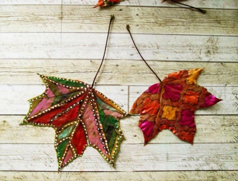 Herbstdeko Ideen Blätter bemalen