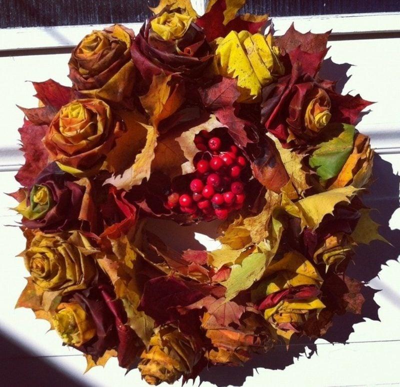 Herbstdeko Kranz selber basteln Rosen aus Herbstlaub