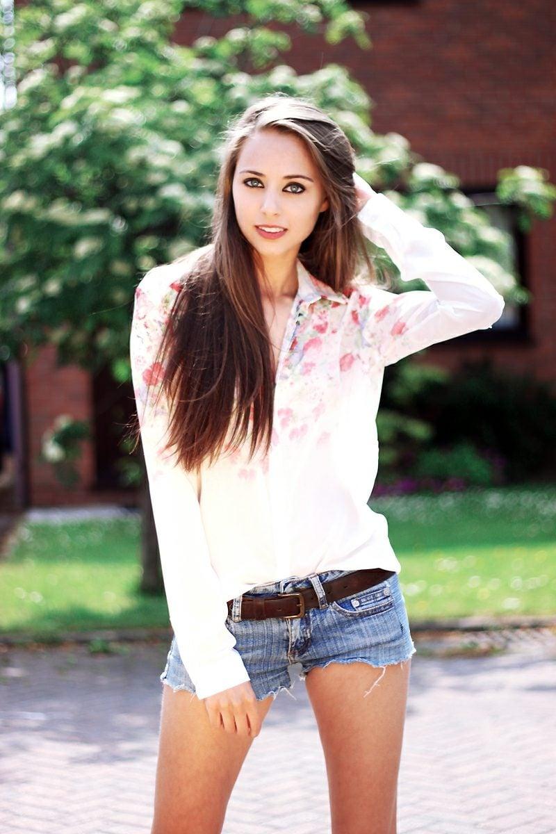 Jeans Hotpants Gürtel Hemd mit floralen Motiven