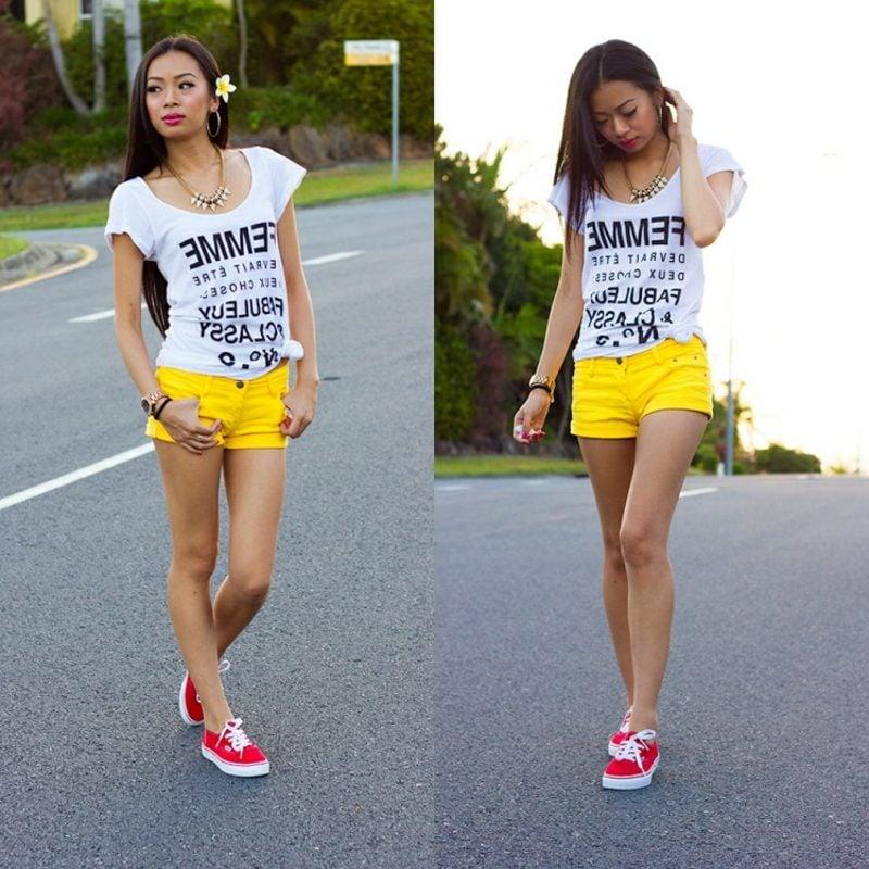kurze Hose Damen strahlend Gelb T-Shirt weiss Sneakers rot