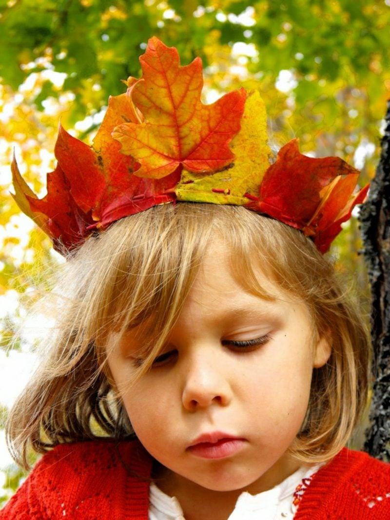 Herbstdeko basteln mit den Kindern Krone aus bunten Blättern