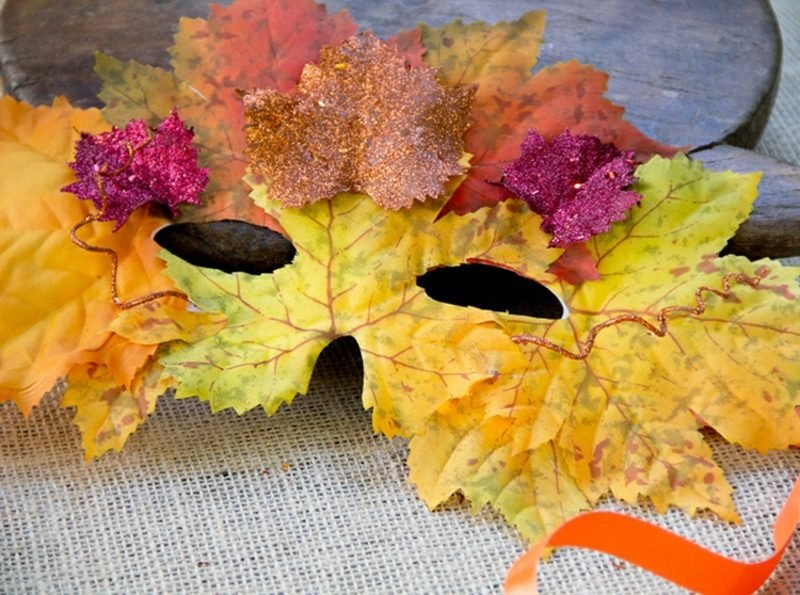 Herbstdeko basteln mit den Kindern Maske aus Herbstlaub