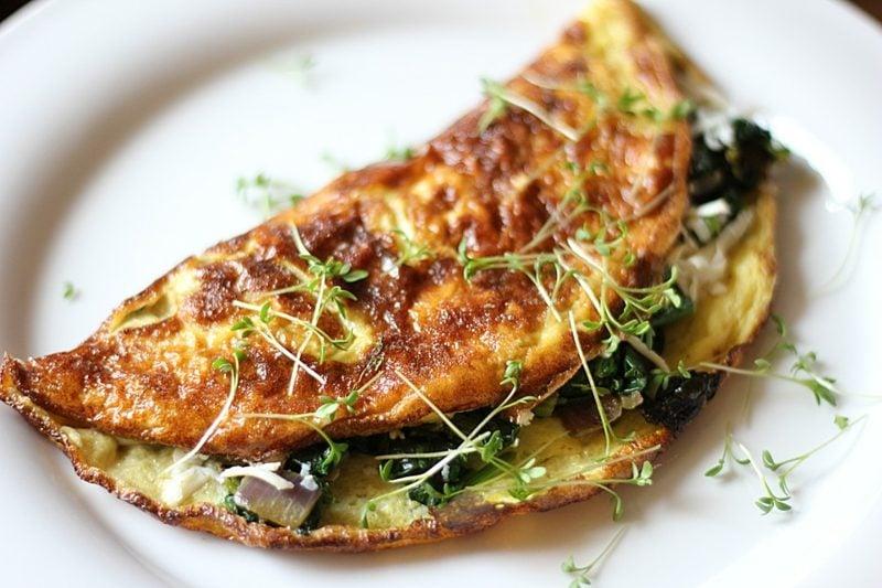 kohlenhydratfreies Essen Omelett mit Pilzen und Spinat zubereiten
