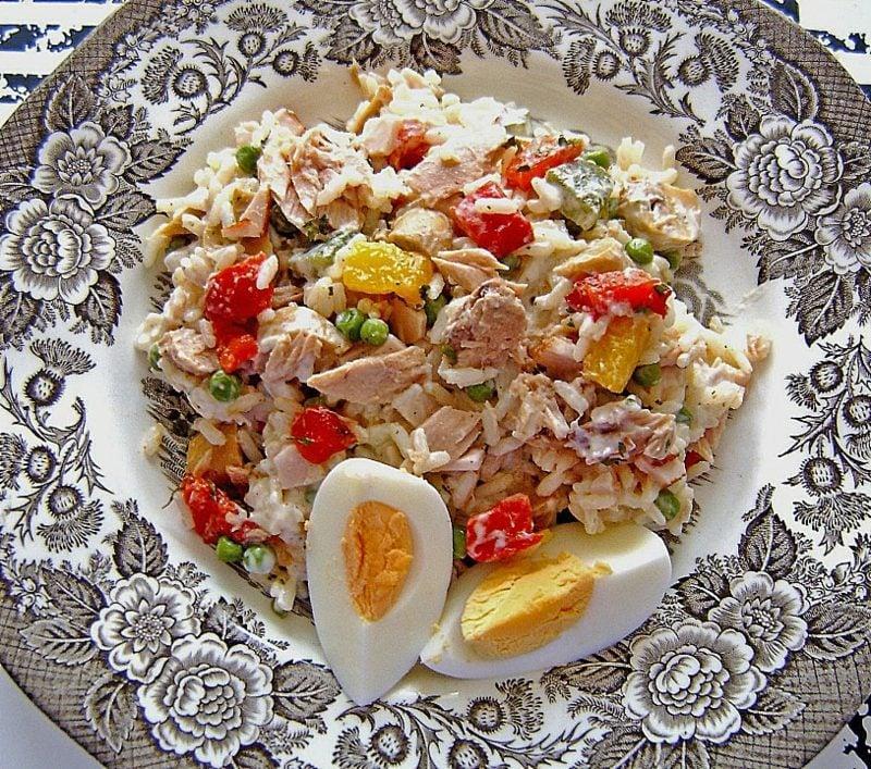 Abendessen schnell Reis mit Gemüse, Thunfisch und Eiern