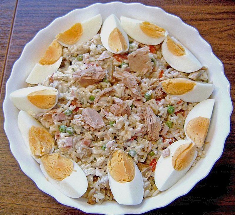 schnelles einfaches Essen reispfanne mit Eiern und Thunfisch