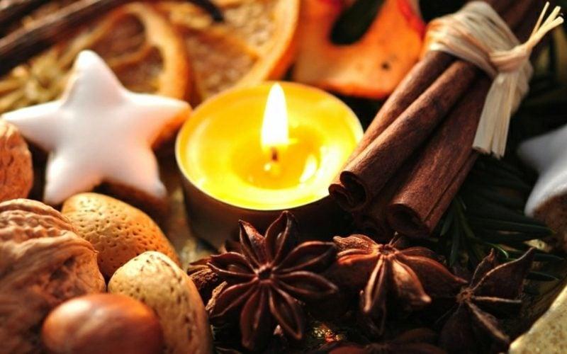 Herbstdeko Tisch kreative Ideen Zimt Aromakerzen