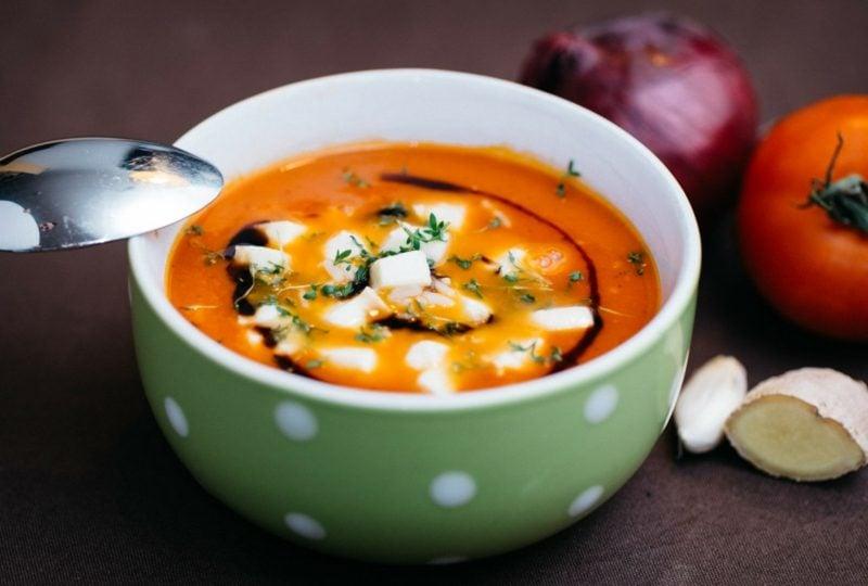 Fitness Abendessen Tomatensuppe mit Mozzarella