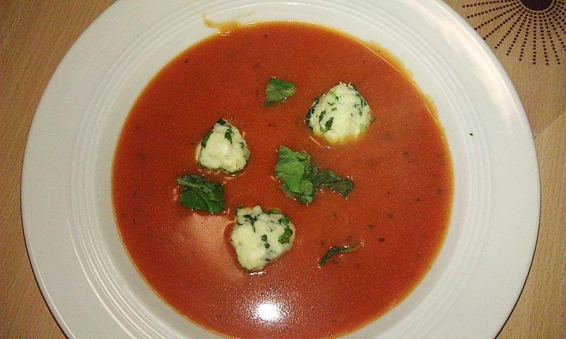 Abnehmen Abendessen Tomatensuppe mit Mozzarella Kugeln