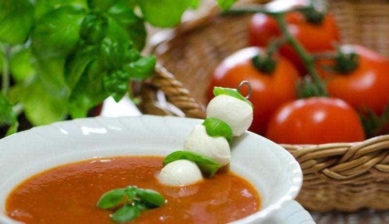 gesundes Abendessen kochen Tomatensuppe Mozzarella Kugeln